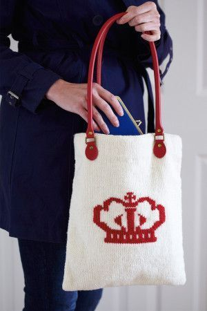 Knitted shopping bag with crown motif in bold red on side