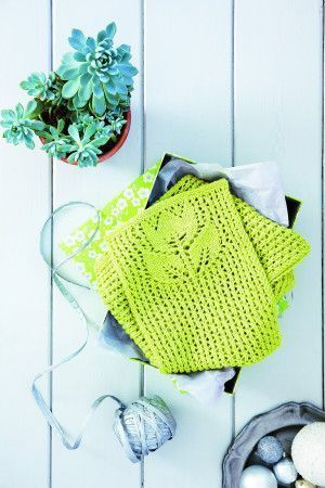 Knitted ladies' scarf with flower design