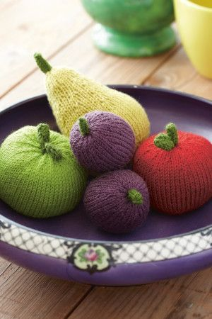 Knitted pieces of fruit with apples, plums and a pear