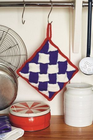 Chunky knitted criss-cross saucepan holder with contrasting trim