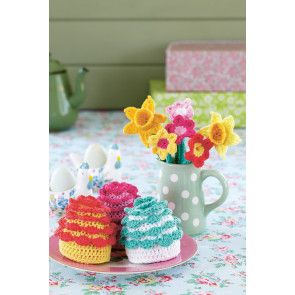 Crochet cupcakes with frilly decorations